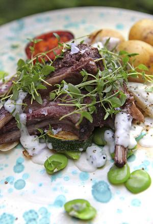 Svenska högsommargrönsaker, örtsås och lammracks är en mild rätt som gärna äts med kokt potatis.