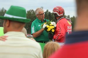 Kenth Åkerlund blir intervjuad efter segern i V4-loppet på hästen Chenin Blanc.