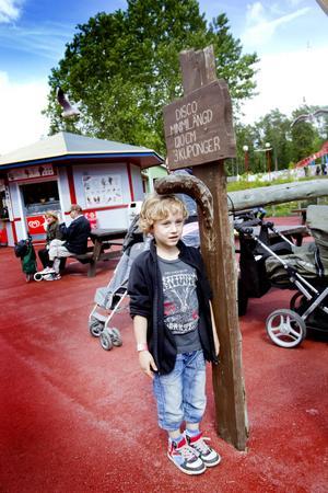 LÄNGD. Anton Nordström, 7 år, Göteborg, kollar om han har längden inne för en tur.