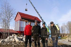 Bengt Larsson (längst till vänster), säljare på Akron, levererade hösten 2017 spannmålstorken till Tobias Johansson, Håkan Johansson och Sune Johansson på Åby Agro. När bilden togs 2017 hade taket till torken precis lyfts på torkanläggningen.