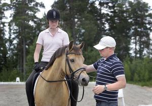 Isabelle Hällberg och hennes ponny Ronaldo fick goda råd av Fredrik Böhling.