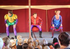 En av Barnteaterveckans sista shower var Mästerkatten i stövlar – en av världens mest berömda och kluriga katter. På scen; Bo Platzack, Anders Sanzén och Torgunn Wold.