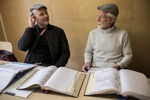 Byggledaren David Pettersson och takkontrollanten Torgny Sjöström är nöjda så långt.