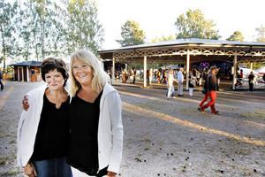 Väninnorna Britt-Inger Holmgren och Anette Pettersson kom till Hedesunda för dansen och kunde knappt stå still när dansbandet Zekes drog igång.
