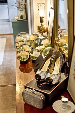 Hon samlar på rosarium och högklackade skor.