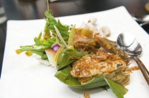 På gatorna doftar det från grytor och grillar ..Thaimat de luxe. Finsmakarkrogen Bo Lan är en fridfull oas för sofistikerad kökskonst i centrala Bangkok.