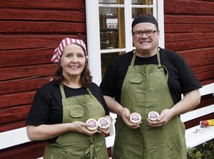 Lena Liljemark och Magnus Isaksson är glada över SM-vinsten för sin ost som de producerar på gården i Lövberg, Ljustorp.