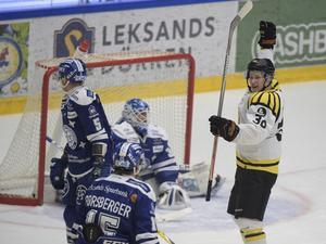 Linus Ölund signalerar för mål sedan Jonathan Pudas skickat in 1–0 till Brynäs.