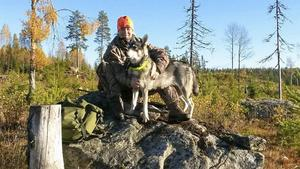 Här är Ingela Nilsson tillsammans med jämthunden Siska. Fritiden tillbringar hon helst i naturen, där känner hon trygghet och lugn.