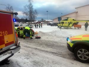 Den påkörda kvinnan fördes till sjukhus med ambulanshelikopter.