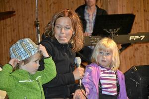 Barnjazz. Ute på Borgmästarholmen spelade Åsa Bergfalks kvartett jazz för barn. Åsa Bergfalk fick här hjälp av Amadus Kraft och Liv Arneback.