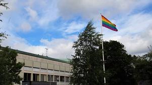 Flaggan vajar utanför kommunhuset i Norberg. Foto: Torfinn Dehlin
