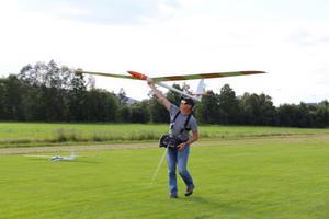 Markku Musola skickar upp sitt plan i luften. Motorn på planet drar upp den till lagom höjd, men sedan är det segelflygning som gäller. – Jämför man segelflyg med motorflyg är det mer sport att hitta vindarna och hålla sig uppe, säger han.