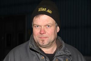 Sten-Olof Kardell, 48 år, är äldste sonen och vd i Kardell Lantbruk och Entreprenad. Kör grävare, lastbil och snöplogar. Brandförman. Politiska uppdrag för M. Fritidsmusiker.