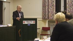 """Talade. Stig Henriksson ifrågasätter kommunens agerande när Skanova ville ändra metod för fibernedläggning. """"När man lappar och lagar så är hållbarheten mycket sämre"""", säger han."""