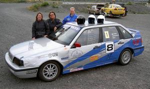 Furios Racing Team med Moniqa Flodin i mitten omgärdad av Veronica Sundström och Per Olsson. De körde i en serie som heter High Coast Racing.