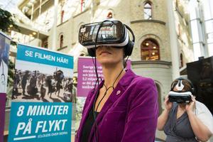 Bodil Hansson (S) passar på att besöka ett flyktingläger genom viritual-reality-glasögon när temaveckan Globala Sundsvall startade under måndagen.
