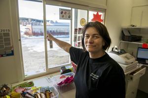 Lena Hedin öppnade en kiosk på flyktingförläggningen.