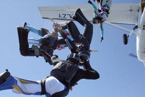 Hopparna lämnar planet. Totalt kan det bli 10 000 hopp undr lägerveckan på flygstaden.