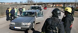 Den gråa Volvon blev påkörd bakifrån av en mindre lastbil.
