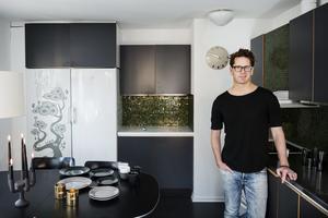 Trendspanaren Stefan Nilsson hade grönt och grått i sitt kök redan för några år sedan. Han menar att en inredningsstil är modern i ungefär tre år.
