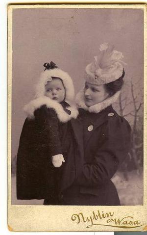 Märta Tikkanens mormor Emma fick sin förstfödda som 19-åring, och därefter ett barn om året i fem år.  Foto: Privat