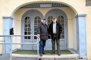 """Premiär. Nästa vecka slås dörrarna till Folkets hus i Askersund upp. Då arrangerar föreningen Gamla Askersund och Lerbäcks hembygdsförening en filmfestival. Leif """"Linus"""" Larsson och Alf Fransson är beredda.Foto: Tove Svensson"""