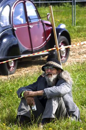 Gemytlig stämning. En herre vilar sig i gräset, och nog finns det mycket att titta på... Foto:Johan Larsson