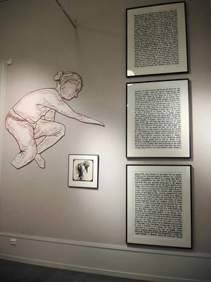 Nina Edlings verk fyller en av väggarna i utställningshallen.