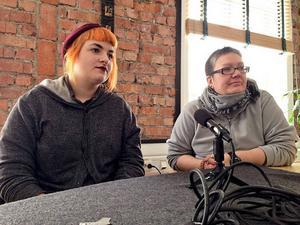 Sara Chi och Helena Åsasdotter Jönsson representerar Feministiskt initiativ i Jämtland.
