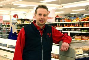 Tobias Mattsson är ny handlare hos ICA Nyplan i Sandarne. Han har en del planer för framtiden, för butiken. Utveckla färskvarusidan är plan A. Sen får vi se.
