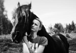 Kristian älskade hästar, så det var naturligt att visa honom i den miljön.