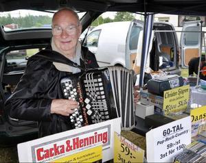 Nämen, titta vem som hade ett eget stånd på marknaden, om inte gamle riksturnerande musikern Henning Hendrix, Mariefred, som sålde lyssnarvänlig musik för mogna öron. Henning, 80 i september, förgyllde marknaden med ytterligt välspelad dragspelsmusik.