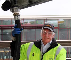 Sten Bengtsson har jobbat som flygplanstankare längst i Sverige och förmodligen även i Europa. På Midlanda har han varit i nästan ett halvt sekel men i går drog han ur slangen för sista gången.