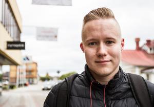 Simon Björk har inget emot trafiken genom köpingen.