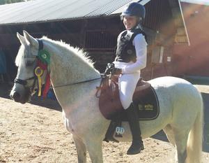 Molly Wetterberg, Brunflo, på kategori C-ponnyn Simsalabim, var ett av många framgångsrika länsekipage inom ridsporten i helgen. De vann en lätt D vid en lokal ponnyhoppning i Sundsvall i söndags och var också placerad som femma i en lätt C. Dessutom tog de också placering som fyra i dressyr lätt C under lördagen, även då på lokal nivå i Sundsvall.