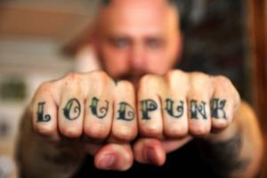 Loud punk beskriver väl hur Tomas är som person.