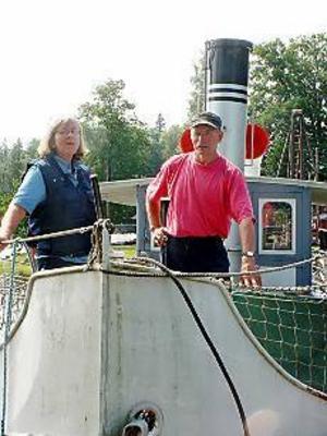 Foto: Jörgen Larsson Klart för avgång. Maria Vestlund och Sven Hellström är glada att gamla 103-årige varpångbåten Laxen är nyrenoverad och klar att tas i bruk igen.