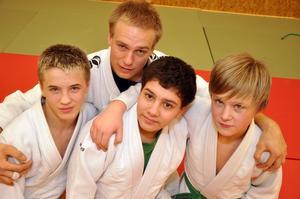 Starka insatser av från vänster Victor Allansson, Simon Mattsson och Hampus Bernhardsson i judo-SM. Stolt ledare i bakgrunden är Martin Åberg.  Foto: Hans-Råger Bergström
