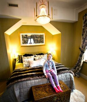 Gray i sina föräldrars sovrum.