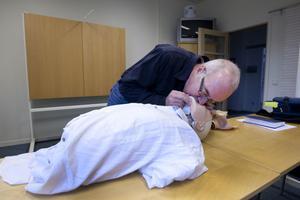 4. Efter 30 kompressioner, böj huvudet bakåt och gör två inblåsningar, kontrollera att bröstkorgen höjer sig vid inblåsning.