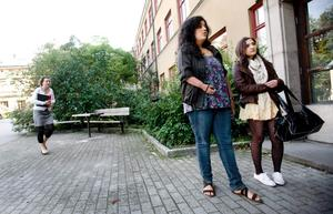 Nisha Ericsson, till vänster, får inget busskort - trots att hon har åtta mil till skolan.