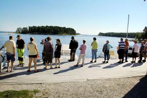 Mycket folk hade samlats på bryggan i Norrfjärden för att önska Anna-Carin Nordin lycka till.