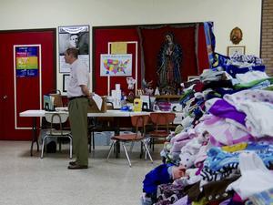 Juridisk information och donerade kläder för nyanlända flyktingar på kyrkan Sacred heart i Texas, nära gränsen till Mexiko.   Foto: Helena Gustavsson/TT