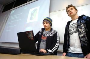 Simon Alfredsson och Anton Nordin-Persson skötte datorn när de tillsammans med Eric Karlsson presenterade sin företagsgranskning av svetsföretaget Esab. Åhörarna fick ta del av allt från företagets historia fram till dagens produkter.BILD: GÖRAN KEMPE
