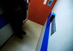 Det är lite av rysk roulett att åka hiss i fastigheterna på Björkvägen. Risken är stor att du fastnar mellan två våningar.Foto: Håkan Luthman