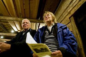 Gösta Larsson och Monica Wahlman satt på första bänk, och prövade stämmorna i gamla goda