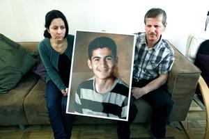 Bayan Abdullrahman och Shiruan Ali håller upp bilden av Deber Rashid. Deras 19-årige son som ska ta studenten i vår men som sedan en fest i helgen är spårlöst försvunnen.