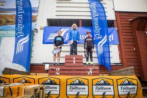 Tre stolta pojkar som precis blivit tilldelade sina pallplaceringar i klassen 9-10 år. Första plats tog Simon Åkerlind från Lofsdalens SK, tvåa Lucas Westman, Gottne ck, och som trea kom Hampus Törnström från Borås CA.