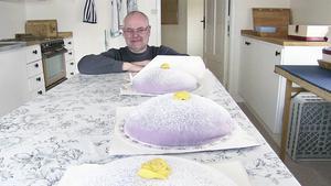 Peter Nordström tänker inte bara på tårtorna. han är den som grävt ner kabeln, bor i Tullingsås och hoppas att just hans by är näst på tur vad gäller fiber.